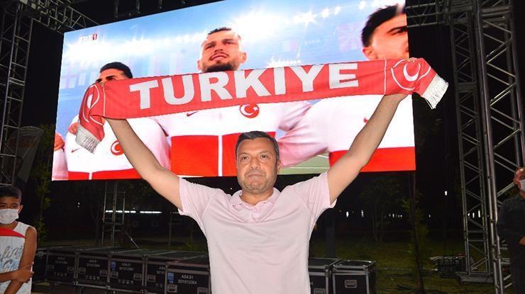 Adanalılar Türkiye-İtalya maçını dev ekranlarda izledi