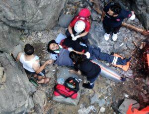 5 saatlik nefes kesen operasyon! Şelaleden düşen adamın imdadına askeri helikopter yetişti