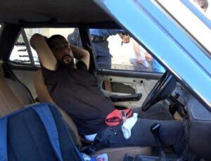 Bir garip olay! İşe gitmek için yanına gittiği aracının içerisinde tanımadığı kişiyi uyurken buldu