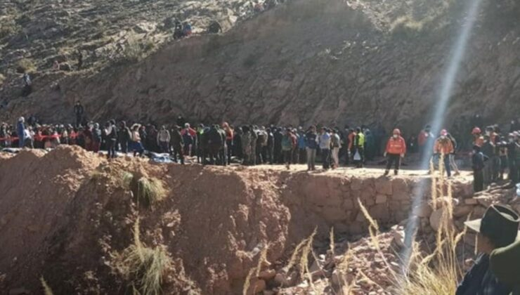 Bolivya'da korkunç kaza! Uçurumdan yuvarlanan otobüste 34 kişi can verdi, yakınları kimlik tespiti için uzun kuyruklar oluşturdu