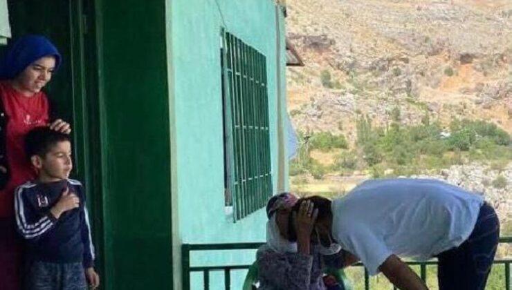 Gazal Teyze, aşısını yapan sağlık personelini alnından öptü