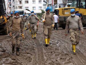 Komandolar Artvin'de! Ellerine aldıkları küreklerle balçığa gömülen ev ve iş yerlerini temizliyorlar