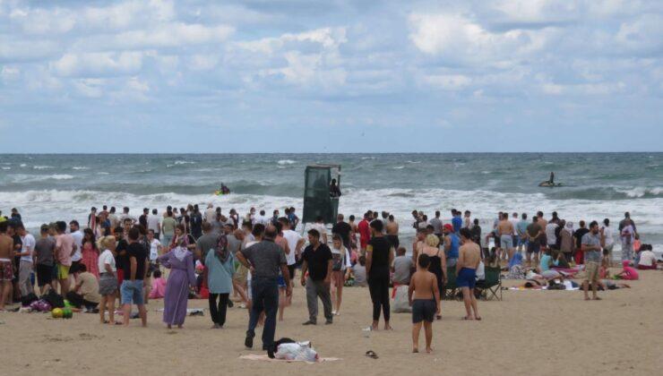 Olumsuz hava koşulları nedeniyle bazı ilçelerde denize girmek yasaklandı