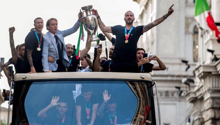 Roberto Mancini ve öğrencileri, Romada şampiyonluk turu attı