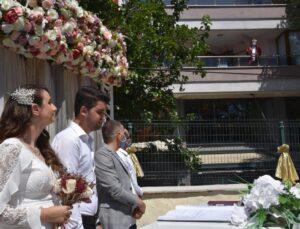 Sıra dışı nikah töreni! Gelin ve damat istedi, korona tedavisi gören belediye başkanı kırmadı