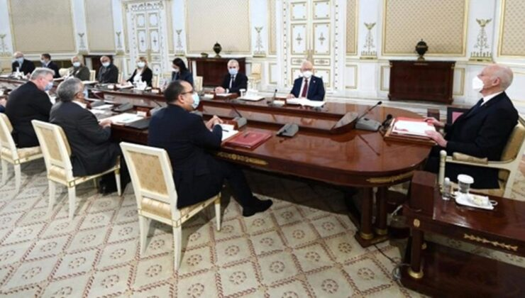 Tunus Cumhurbaşkanı, Başbakanı görevden alarak meclisin tüm yetkilerini dondurdu