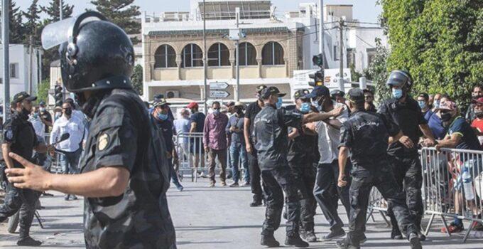 Tunus'ta sokaklar yangın yeri! Polis, darbe karşıtlarına müdahalede bulundu