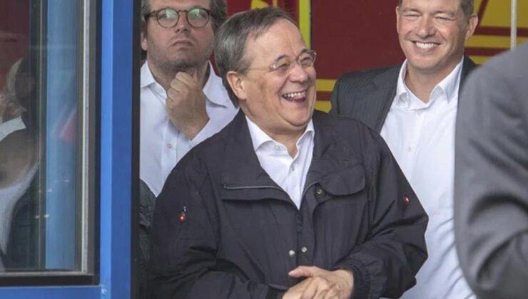 Ülke çalkalanıyor! Merkel'in veliahtı, 141 kişinin canını alan sel bölgesinde kahkaha atarken görüntülendi