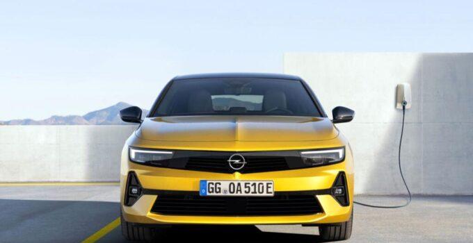 Yenilenen Opel Astra yüzünü gösterdi