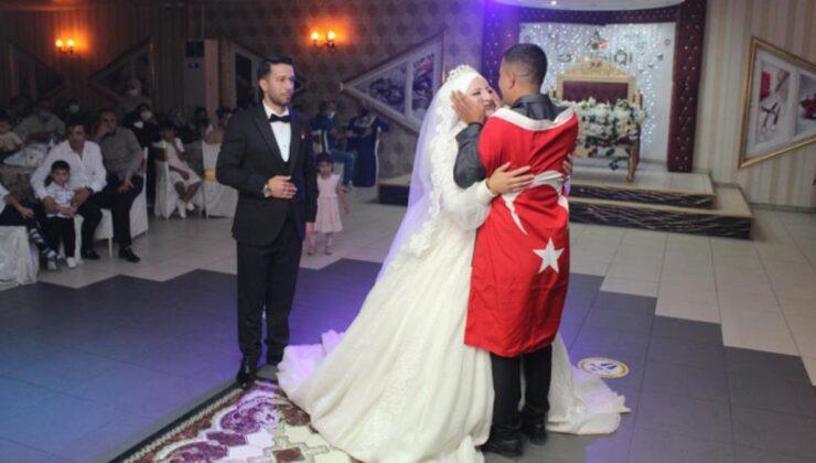 Asker kardeşten ablaya en güzel düğün hediyesi! Gönderdiği mesaj okunurken bayrağa sarılı halde salona girdi